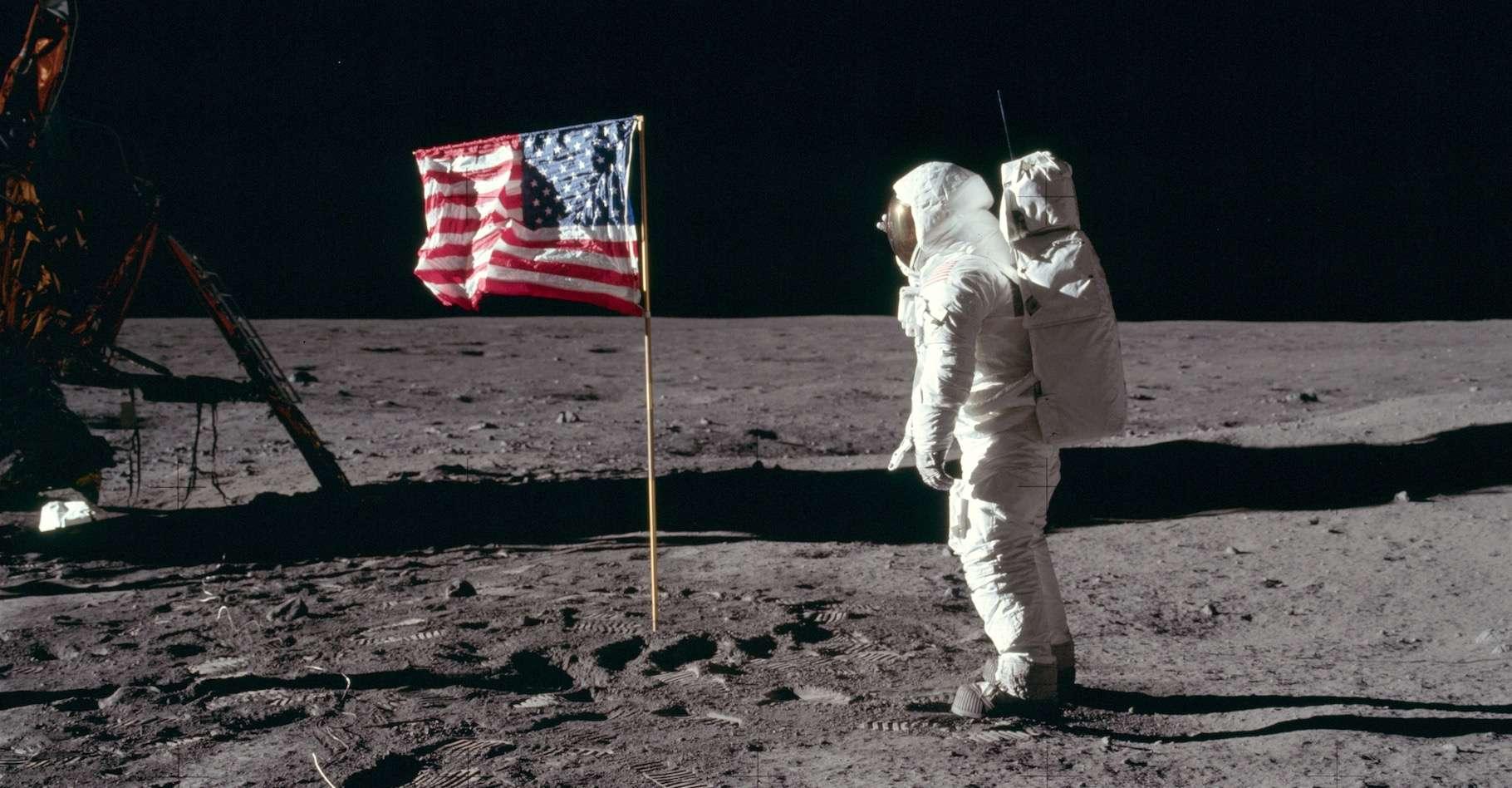 En juillet 1969, l'équipage d'Apollo 11 vivait un moment historique. À son retour sur Terre, les astronautes ont été mis en quarantaine. Ici, Buzz Aldrin près du drapeau américain. © Nasa