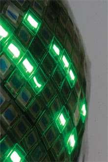 A l'état de prototype, cet écran souple est composé de connecteurs en polymère additionné de nanotubes de carbone, reliant des diodes organiques (Oled). Souple, il est même étirable et peut être appliqué sur une surface courbe. © Takao Someya / université deTokyo