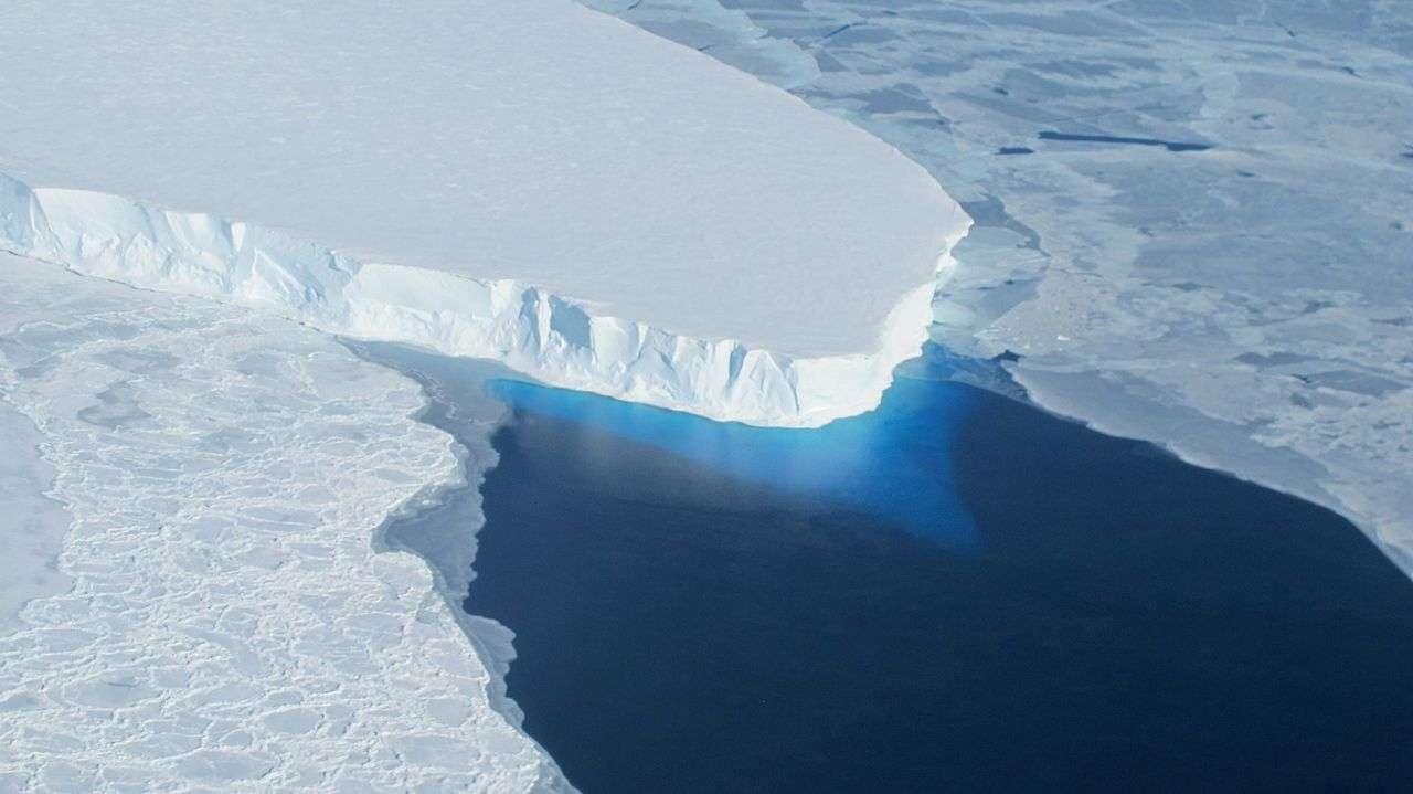 Le réchauffement global est sensible aux hautes latitudes, comme en témoigne le recul du glacier Thwaites, de l'inlandsis antarctique. La fonte de cette énorme langue de glace d'eau douce pourrait contribuer à la hausse du niveau des mers. © James Yunkel, Nasa Ice, Wikipédia, DP