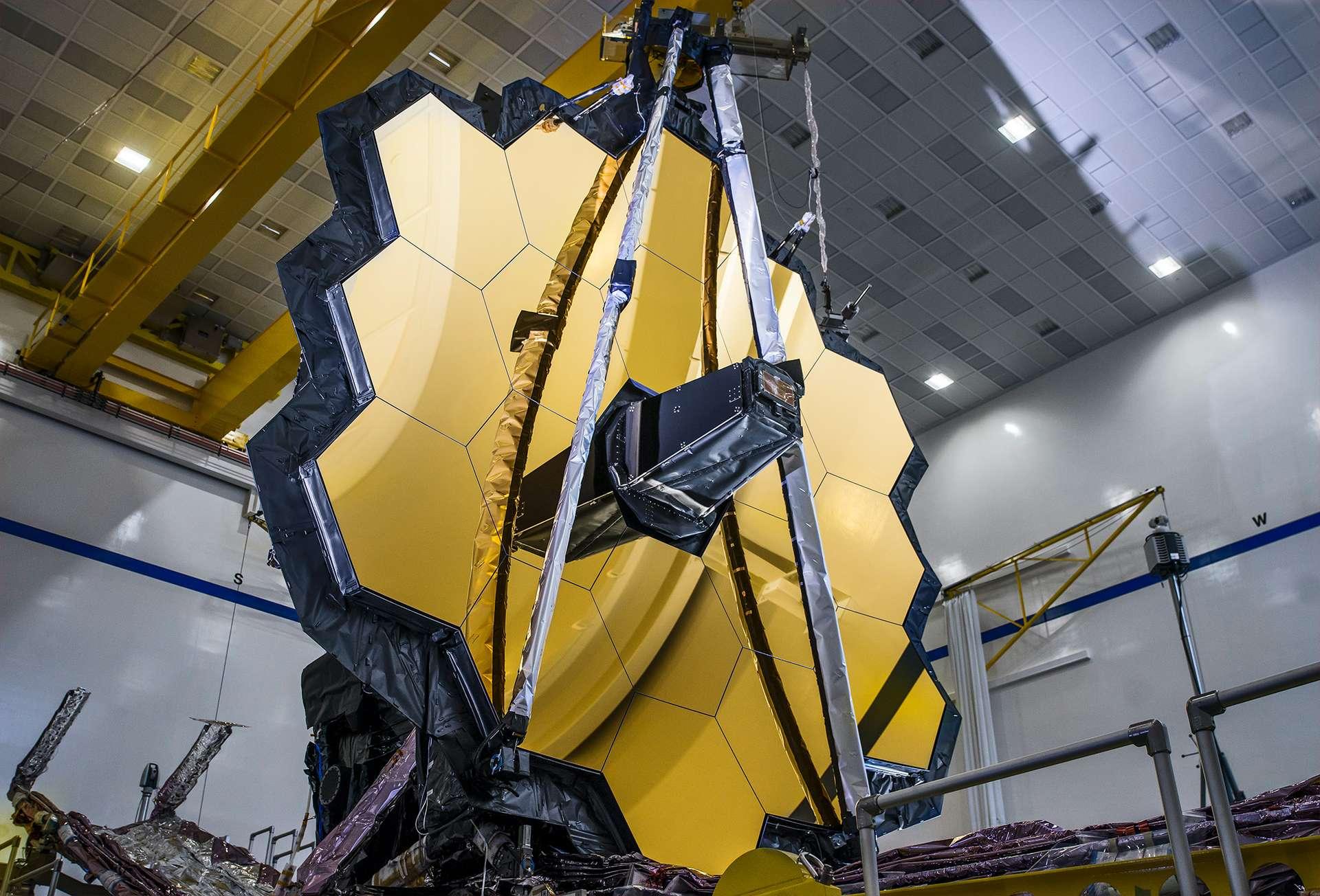 Le miroir primaire de l'observatoire spatial James Webb, lors d'un test de déploiement en gravité zéro simulée. © Nasa, Sophia Roberts