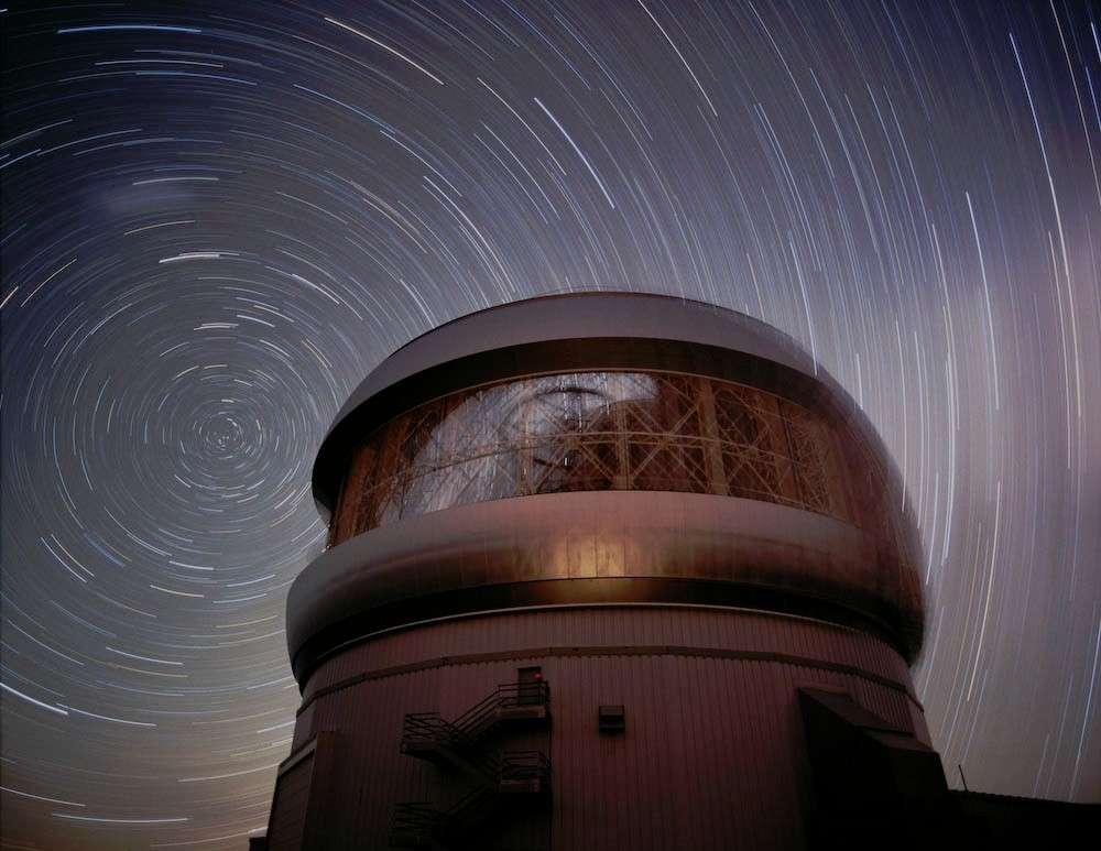 Une pose photographique nocturne de 45 minutes révèle les effets de la rotation terrestre sur les étoiles de l'hémisphère sud à l'arrière de la coupole de l'Observatoire Gemini sud. Crédit : Geminy Observatory