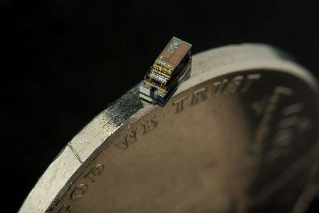Le Micro Mote est à ce jour le plus petit ordinateur au monde. Alimenté par une cellule photovoltaïque qui charge sa batterie, il peut fonctionner en totale autonomie et envoyer des informations par liaison sans fil. © Michigan University