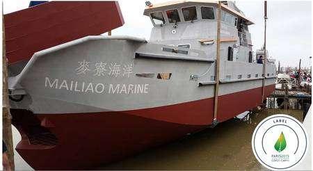 Le modèle 250 du Spillglop est un navire dépollueur opérant par tous les temps. Il est présenté ici avec son label Paris 2015 - COP21/CMP 11, témoignant de la reconnaissance de son utilité. Pourtant, ce navire n'a pas pu être agréé en France ni en Europe. © Ecocéane
