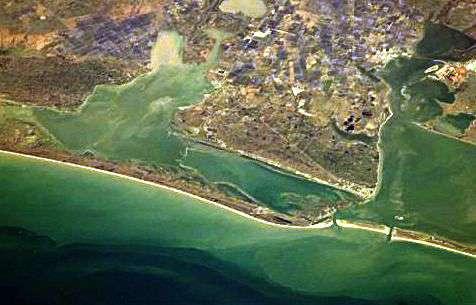 Cette photo de la Baie de San-Antonio (Texas), prise depuis la Station spatiale internationale, montre un estuaire particulièrement propice à la formation d'une zone morte par phénomène d'hypoxie, ainsi qu'en témoigne la turbidité de l'eau. Crédit Nasa
