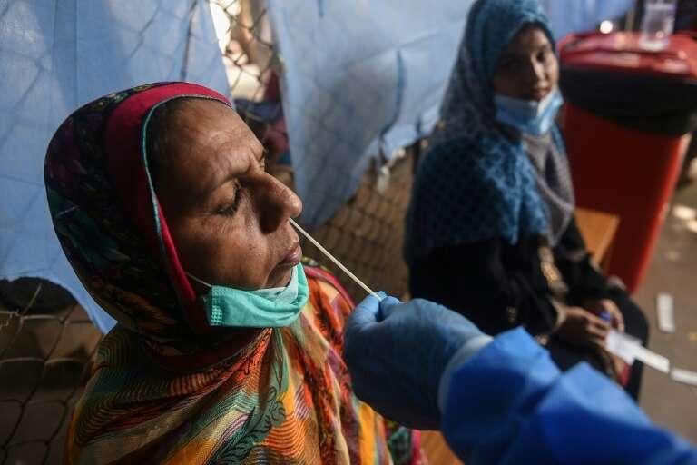 Fin septembre, le groupe pharmaceutique suisse Roche lancera un test de dépistage du SARS-CoV-2 dont les résultats seront donnés en 15 minutes. Ce test rapide doit servir d'alternative au test classique. Photo prise à Karachi le 1er septembre 2020. © Rizwan Tabassum, AFP