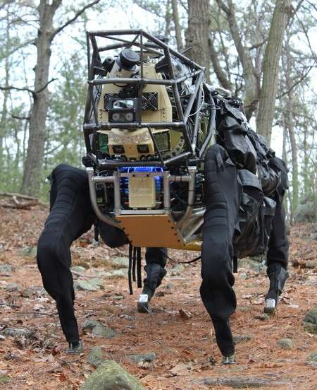 Surnommé AlphaDog, le LS3 a la taille d'un grand cheval. Il est bardé de capteurs qui lui permettent de se déplacer de façon autonome en reconnaissant le terrain. © Darpa/Boston Dynamics