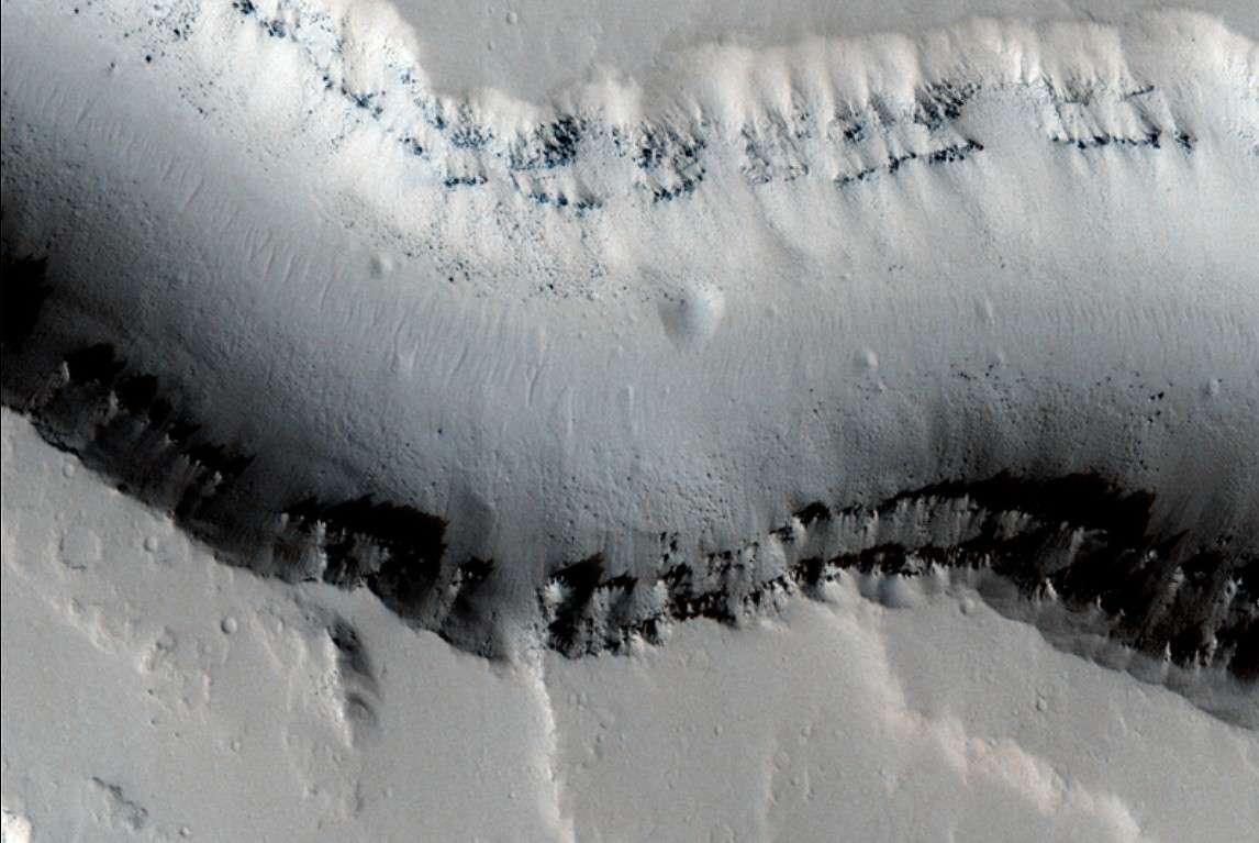 Un exemple de chenal d'écoulement photographié par MRO dans la région de Tharsis sur la planète Mars. © Nasa/JPL/University of Arizona