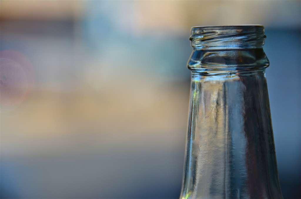 Contrairement à la bouteille en verre, la bouteille végétale est biodégradable. Elle a été développée comme alternative à la bouteille en plastique traditionnelle, considérée comme un produit polluant. © Paul Schadler, Flickr, cc by 2.0