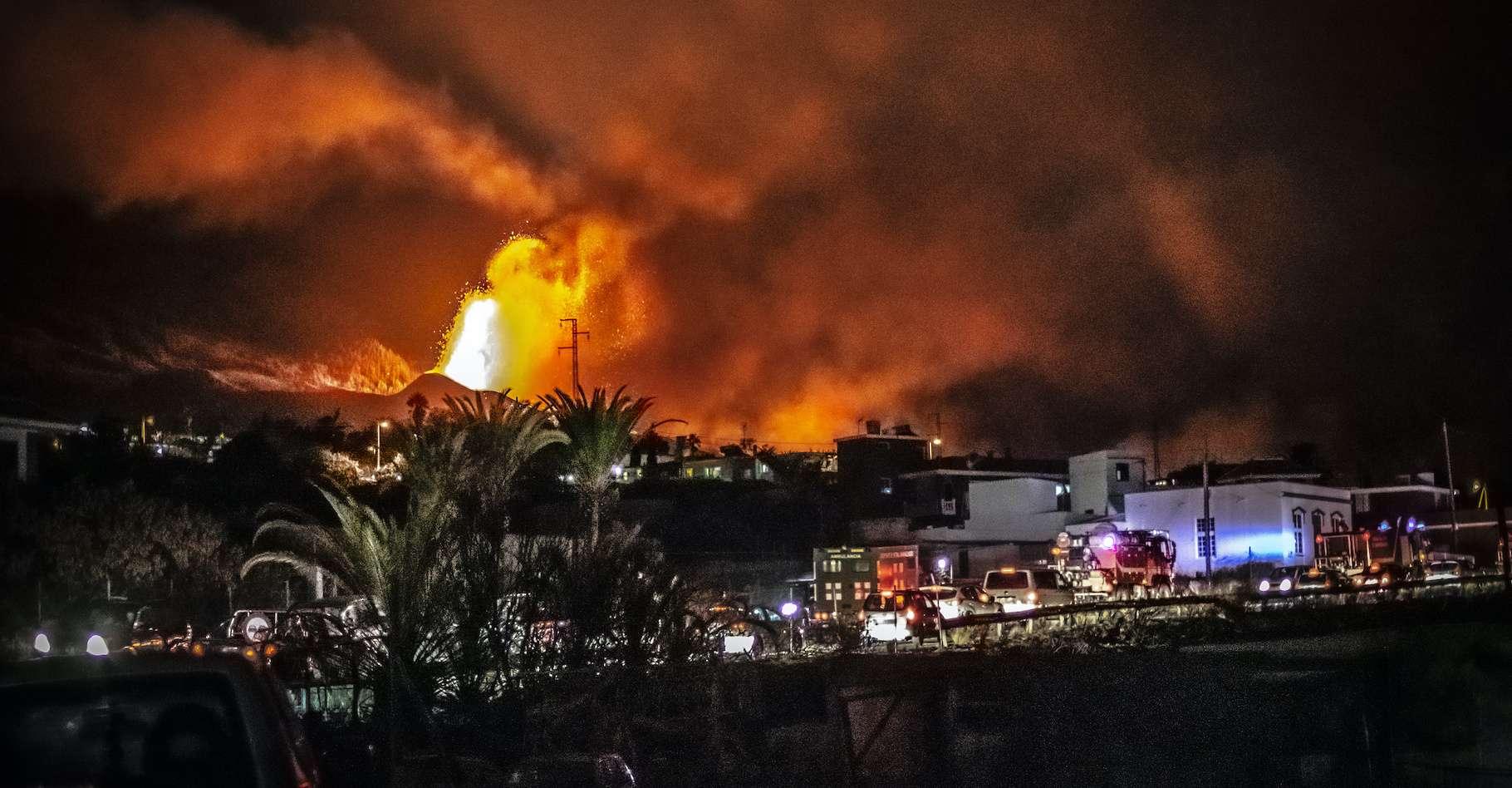 Suite à l'éruption du Cumbre Vieja, des ondes de gravité se sont formées au-dessus du volcan, dispersant les cendres et les gaz de manière horizontale. © Pablo, Adobe Stock