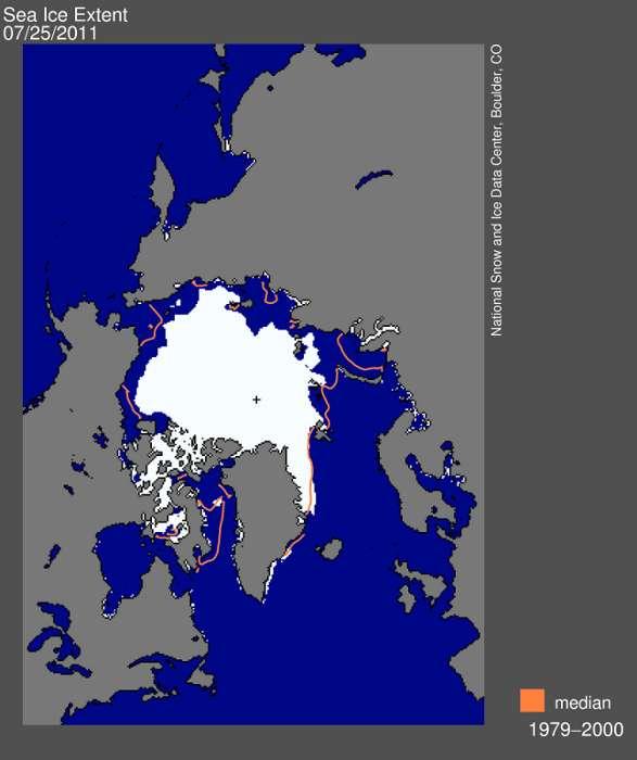 La surface glacée au mois de juillet 2011 (en blanc) est inférieure de plus de 2 millions de kilomètres carrés à la moyenne pour le même mois, calculée entre 1979 et 2000 (limite orange). © National Snow and Ice Data Center