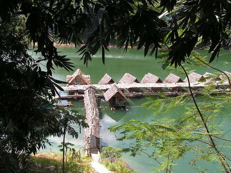 Le parc national de Khao Sok est situé dans la province de Surat, en Thaïlande, et comprend le grand réservoir Chiew Larn, dont la biodiversité est menacée. © David Wilmot, Wikipédia, cc by 2.0