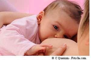 L'allaitement maternel : la meilleure des nourritures, particulièrement quand manque l'eau salubre. © C Quenum/Fotolia
