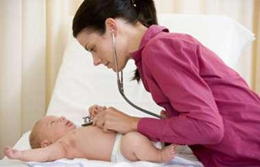 Parmi les effets secondaires observés par la prise de suppositoires antitoux chez les bébés, des convulsions et de l'épilepsie. © Phovoir