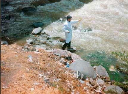 """Sur la rivière Chili, au Pérou, des tests sont réalisés pour mesurer la teneur en mercure grâce à des détecteurs portables très particuliers. Ceux-ci sont munis d'électrodes """"dopées"""" aux calixarènes, donc """"sensibles"""" à ce métal."""