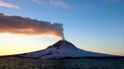 Le Mont Augustine, le 26 mars 2006. Retour au calme après la période éruptive. ©Crédit : Alaska Volcano Observatory/USGS