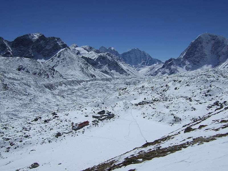 Gorak Shep vu des flancs du Kala Patthar, à mi-chemin de son sommet. Le moment de faire une pause, de manger une barre de céréales, de boire un peu et de lire ses messages sur Facebook. © John Hamer, licence Commons