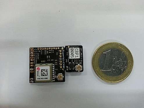 Dans ce petit module à peu près aussi grand qu'une pièce d'1 euro, tous les équipements (accéléromètre, gyroscope, altimètre, GPS) nécessaires au fonctionnement d'un système de pilotage automatisé d'un micro-drone est rassemblé. Le chef d'orchestre est une puce ARM Cortex M3 MCU cadencée à 72 MHz. À l'ensemble, baptisé Lisa/S, s'ajoute le système de communication Sperbitrf que l'on voit superposé au module sur la photo. © TU Delft