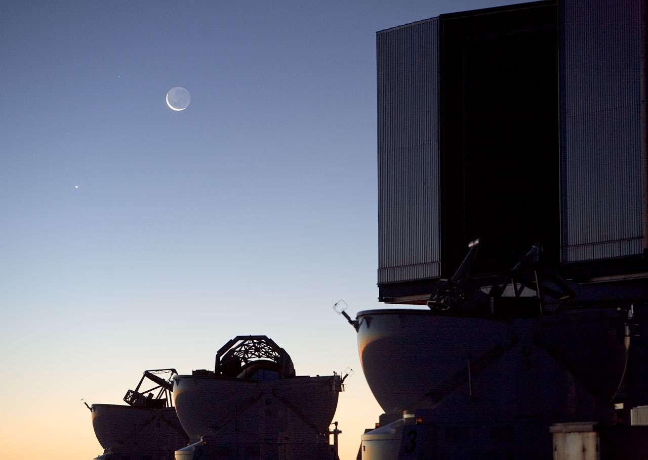Vénus, en bas à gauche, et la Lune, photographiées au-dessus des coupoles du VLT de l'ESO. © ESO