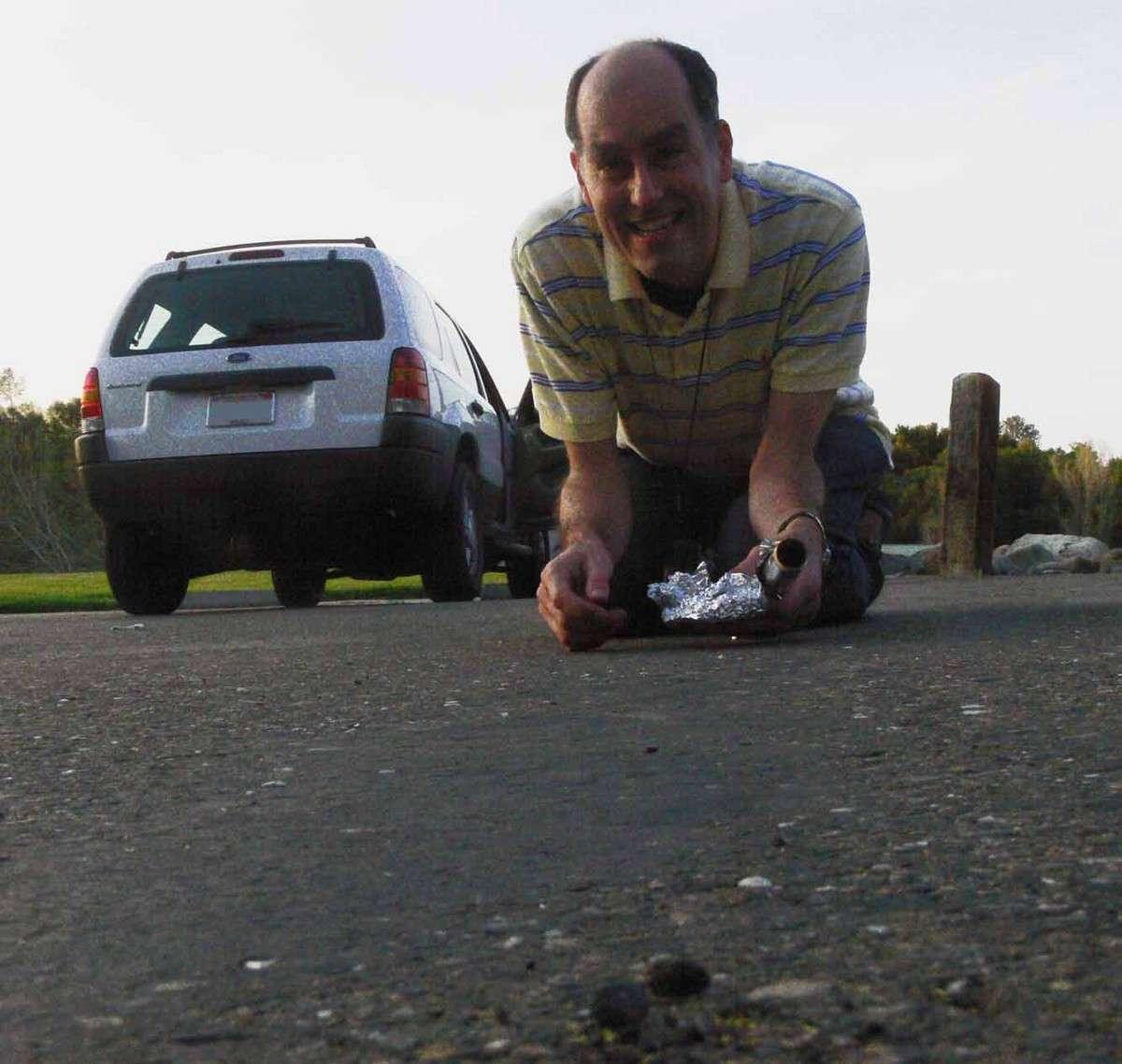 L'expert Peter Jenniskens tout à sa joie après sa découverte sur un parking d'un fragment du bolide californien du 22 avril. © Franck Marchis/Cosmic Diary