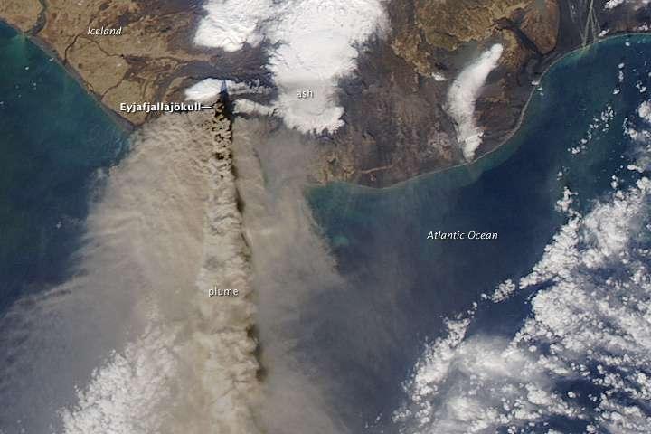 Une photo satellite montrant clairement le panache de cendres émis par l'Eyjafjöll. Crédit : Nasa