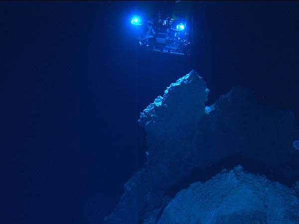 Le plus grand écosystème microbien du monde se cacherait dans la croûte océanique. Le site hydrothermal Lost City, sur la ride médioatlantique, a été découvert en 2010. Des réactions chimiques de serpentisation favorisent les basses températures (40 à 91 °C) et un pH alcalin (9 à 11). Le site abrite de nombreuses cheminées blanches composées de carbonates. © IFE, URI-IAO, UW, Lost City science party et NOAA