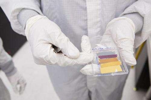 Le procédé de revêtement ultramince mis au point par une équipe de l'université de Harvard permet de colorer de teintes vives un substrat, même brut, grâce à des effets d'interférences. © Eliza Grinnell