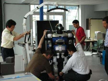 HRP-2 : ce robot humanoïde est en fait un instrument de recherche qui servira à tester les logiciels des différents domaines d'intelligence artificielle : locomotion, perception, prise de décision.