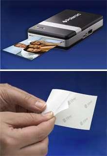 Glissez le papier dans la papier, connectez le téléphone ou l'appareil photo, appuyez sur un bouton et la photographie sort... © Zink
