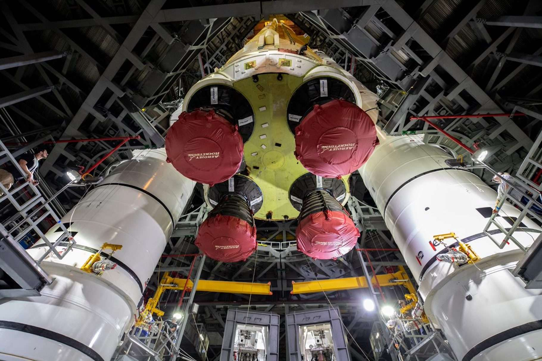 L'étage central du Space Launch System de la Nasa a été mis à la verticale dans le bâtiment d'assemblage du Centre spatial Kennedy (États-Unis). © Cory Huston, Nasa
