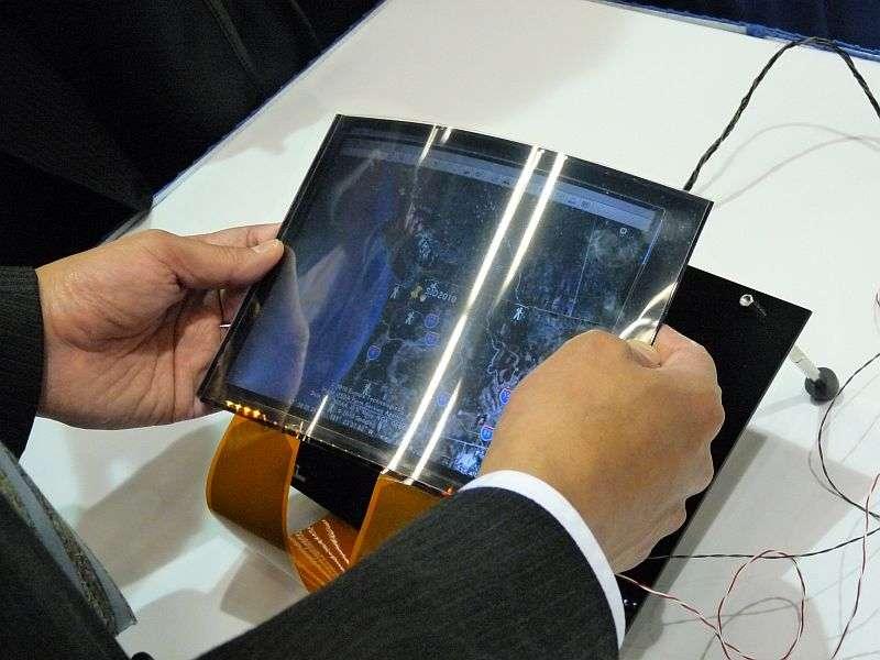 L'écran expérimental présenté par Toshiba lors du SID 2010 : un coup de pouce pour agrandir l'image, c'est tout simple... © Nikkei Electronics