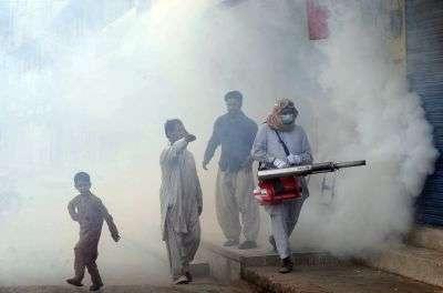 Enfumage contre les moustiques porteurs de la dengue, à Lahore au Pakistan. © AFP photo/Arif Ali