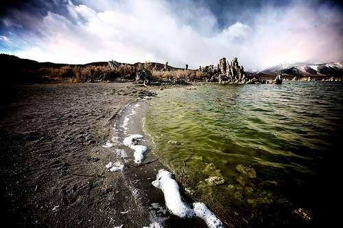 La vie ne serait pas apparue dans une soupe primordiale, seules les sources hydrothermales auraient pu fournir l'énergie nécessaire aux premiers métabolismes. © Blakeseely CC by-nc-sa