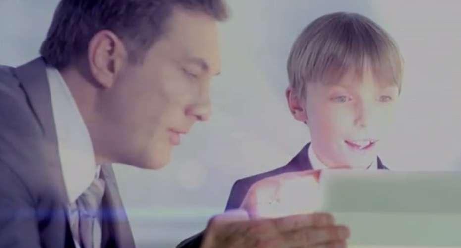 Pour faire monter la pression avant le lancement du Galaxy S4, Samsung a préparé un teaser disponible sur YouTube. Sur cette capture d'écran issue de la vidéo, un enfant découvre le smartphone. © Samsung