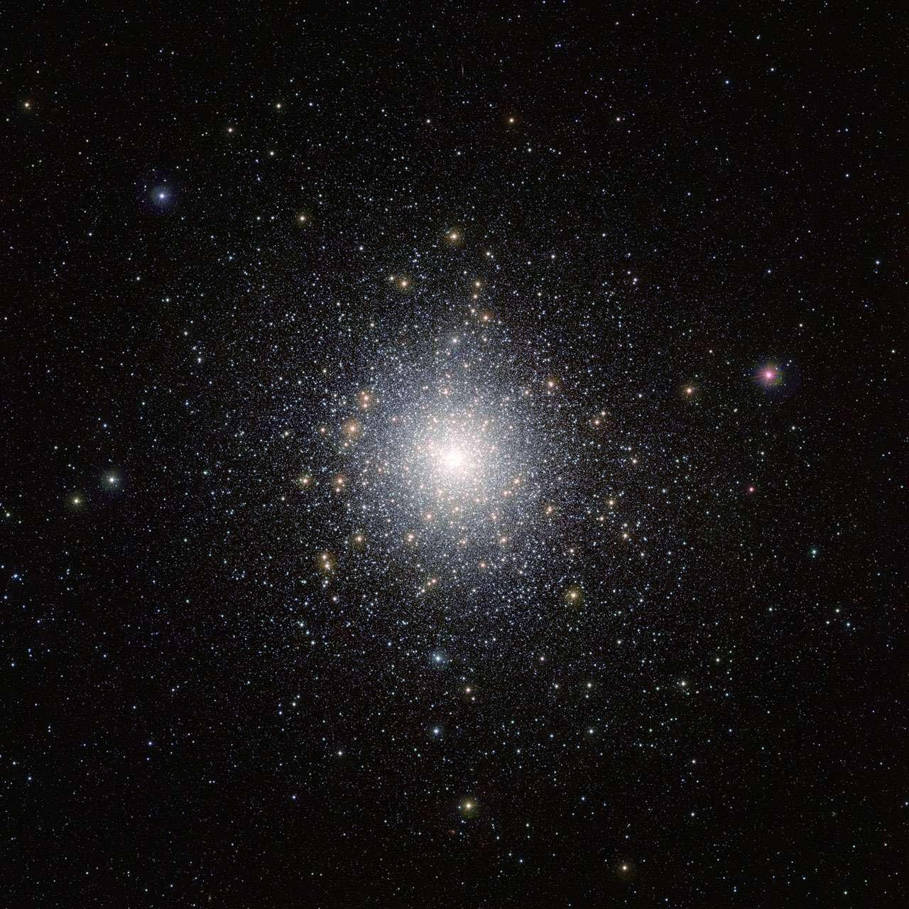 Cet amas d'étoiles lumineux est 47 Tucanae (NGC 104), montré ici sur une image réalisée par le télescope Vista (Visible and Infrared Survey Telescope for Astronomy) de l'ESO, à l'observatoire de Paranal, au Chili. Cet amas se trouve à environ 15.000 années-lumière de la Terre et contient des millions d'étoiles dont certaines sont très peu communes. Cette image a été prise dans le cadre de la campagne d'observation Vista Magellanic Cloud Survey, un projet dédié à la cartographie de la région des Nuages de Magellan, deux petites galaxies très proches de la Voie lactée. © ESO, M.-R. Cioni, Vista Magellanic Cloud Survey, Cambridge Astronomical Survey Unit