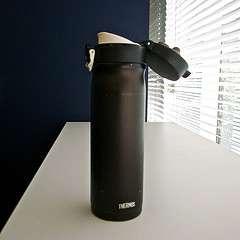 La bouteille isotherme a été développée par sir James Dewar et permet de conserver la chaleur des boissons. Thermos® est une marque. © Daiji Hirata, CC by-nd 2.0, Flickr