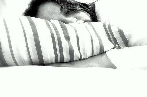 La National Sleep Foundation déconseille d'utiliser les appareils électroniques une heure avant d'aller se coucher pour éviter les insomnies. © Happy Batatinha, Creative Commons