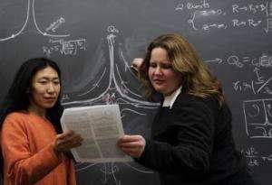 Wendy Zhang et Laura Schmidt discutant de la formation des panaches dans le manteau. Crédit : Dan Dry