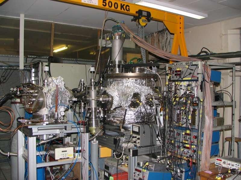 Un accélérateur de particules de petite taille bombarde les molécules à étudier, elles-mêmes projetées. © Lab. de Spectrométrie ionique et moléculaire / CNRS