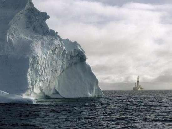 Le navire scientifique de forage JOIDES Resolution arrive près des côtes antarctiques. La photo date de 2010, lorsque le navire s'est rendu au pôle Sud pour effectuer des forages glaciaires. © IODP