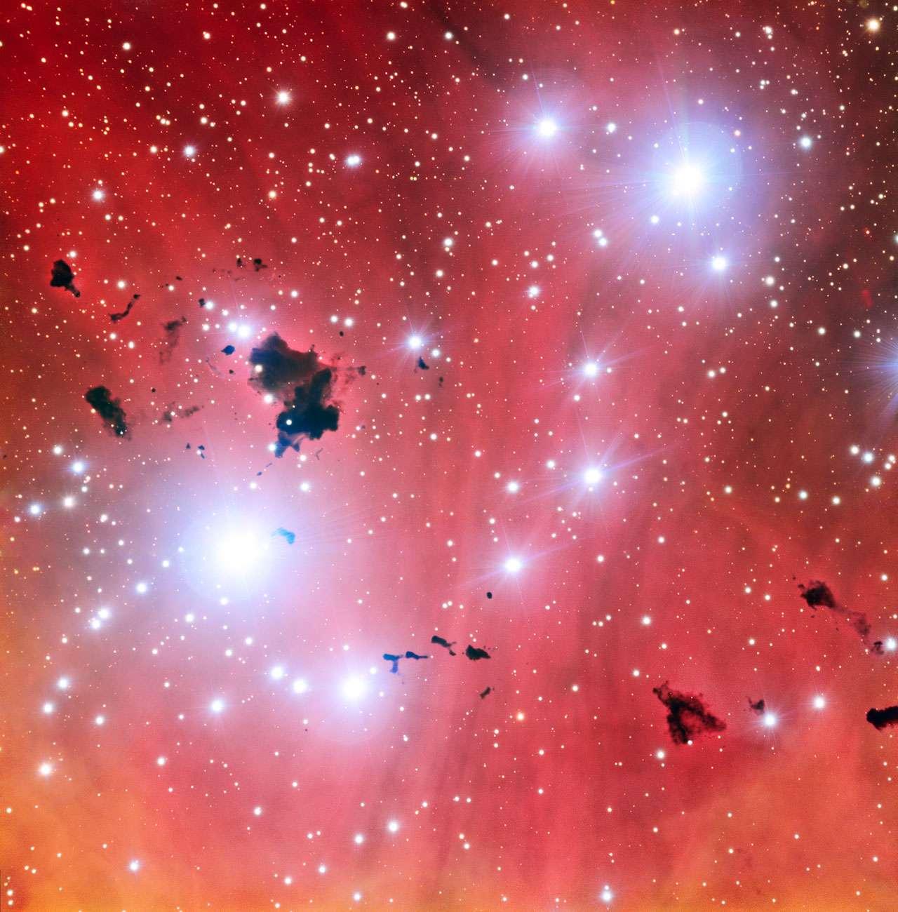 La publication de cette nouvelle image de la spectaculaire pépinière d'étoiles IC 2944 célèbre un événement important : les 15 années du VLT (Very Large Telescope) de l'ESO. Elle montre également un ensemble d'épais nuages de poussière, les globules de Thackeray, qui se détachent du gaz légèrement teinté de rose de la nébuleuse. © ESO