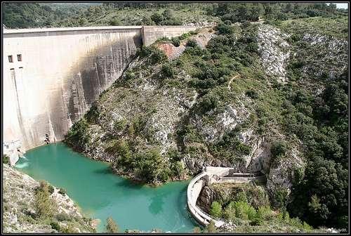 Le barrage de Bimont et son contre barrage. Le grand barrage alimente en eau une partie de la région d'Aix-en-Provence tandis que la micro centrale à son pied produit 9 GWh d'électricité par an. © bube09 CC by-nc-sa 2.0