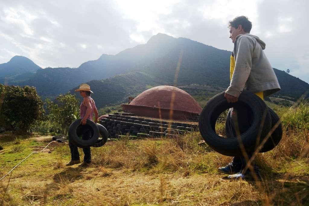 Les igloos de Bogota ne sont pas seulement une astuce permettant de recycler les pneus pour construire des habitations à bas prix. En effet, cette technique tire aussi profit de la flexibilité du caoutchouc pour résister aux secousses telluriques, très fréquentes dans cette région. © AFP Photo, Eitan Abramovich