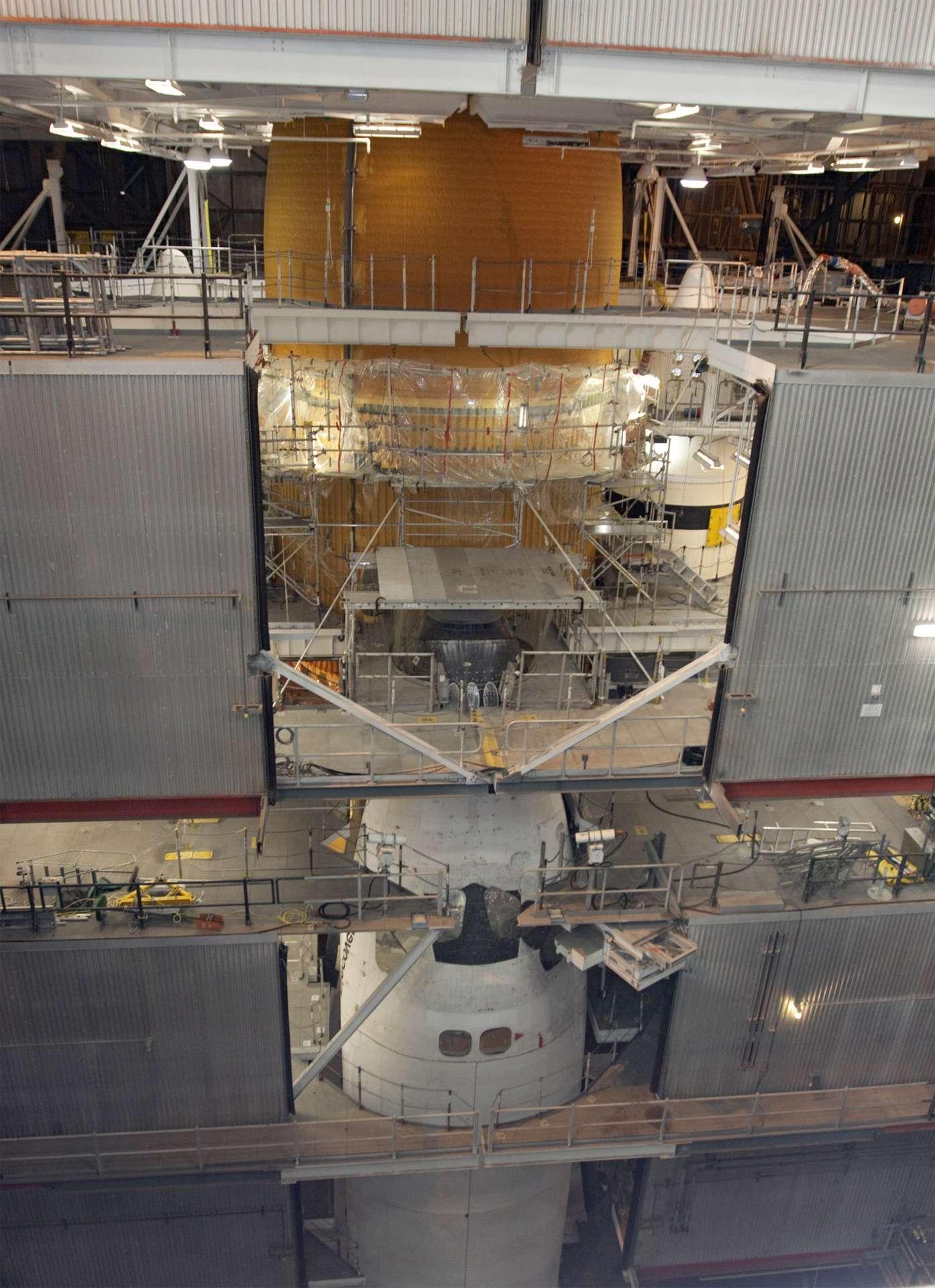 La navette Discovery dans le bâtiment d'assemblage de véhicules (VAB) du centre spatial Kennedy de la Nasa. © Nasa/Jack Pfaller