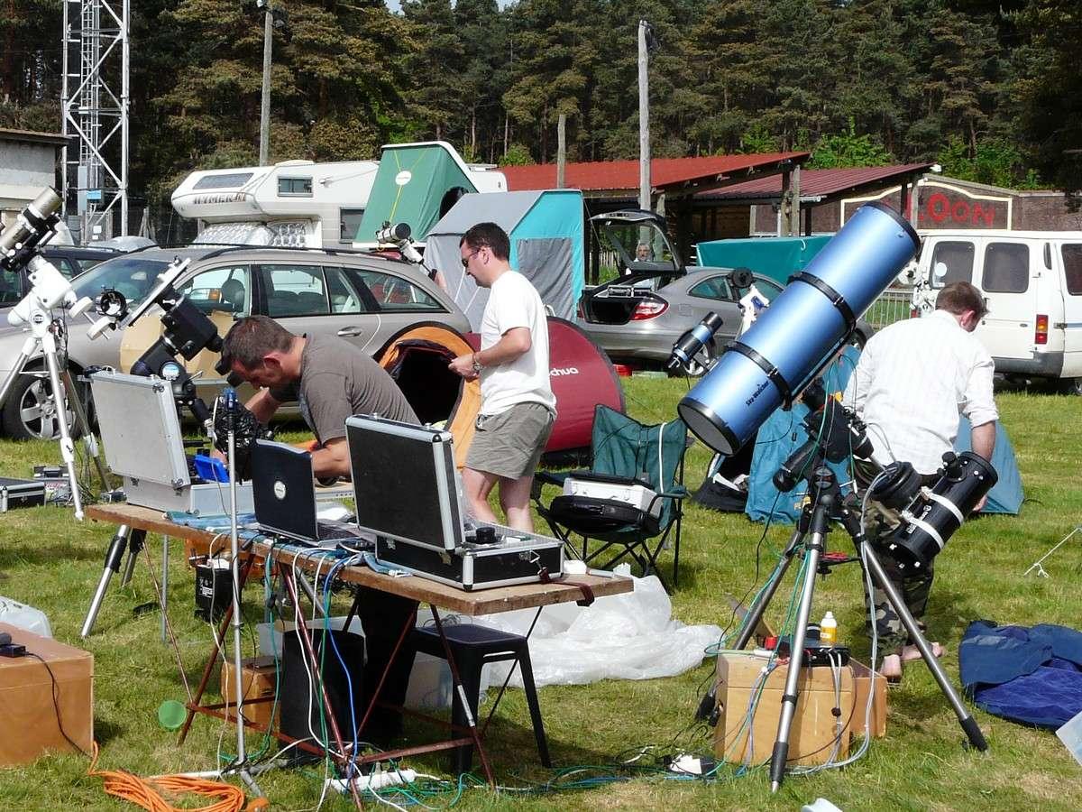 On s'installe pour les Rencontres Astronomiques de Printemps 2009, crédit J-B Feldmann