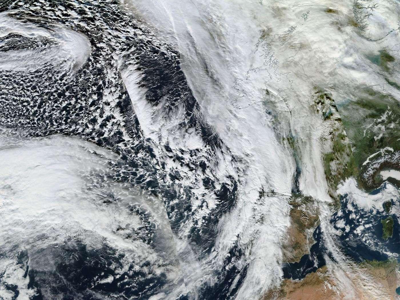 Existe-t-il un lien entre le réchauffement global, la douceur de l'hiver et les inondations en Angleterre ? Sur cette image, la tempête Frank s'approchant du Royaume-Uni le 28 décembre 2015. © Nasa