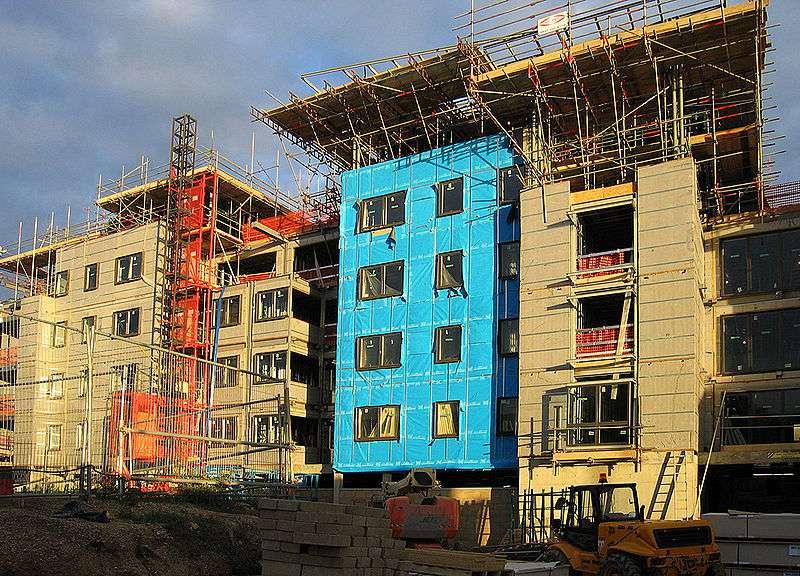Pose de matériaux isolants pour l'isolation extérieure d'un immeuble en construction. © Tttrung, CC BY-SA 2.0, Wikimedia Commons