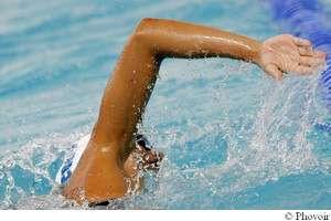Avant de faire vos longueurs, échauffez bien vos articulations, sollicitées en natation. © Phovoir