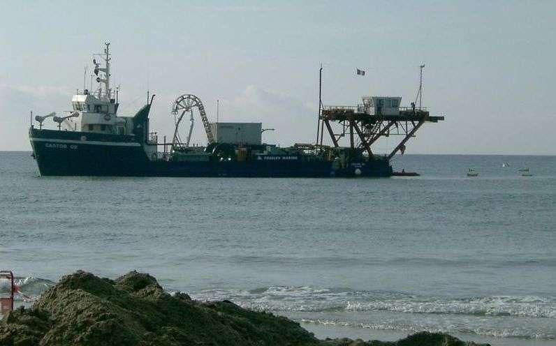 Le navire câblier chargé de l'immersion des lignes Antarès. Crédit : Antares
