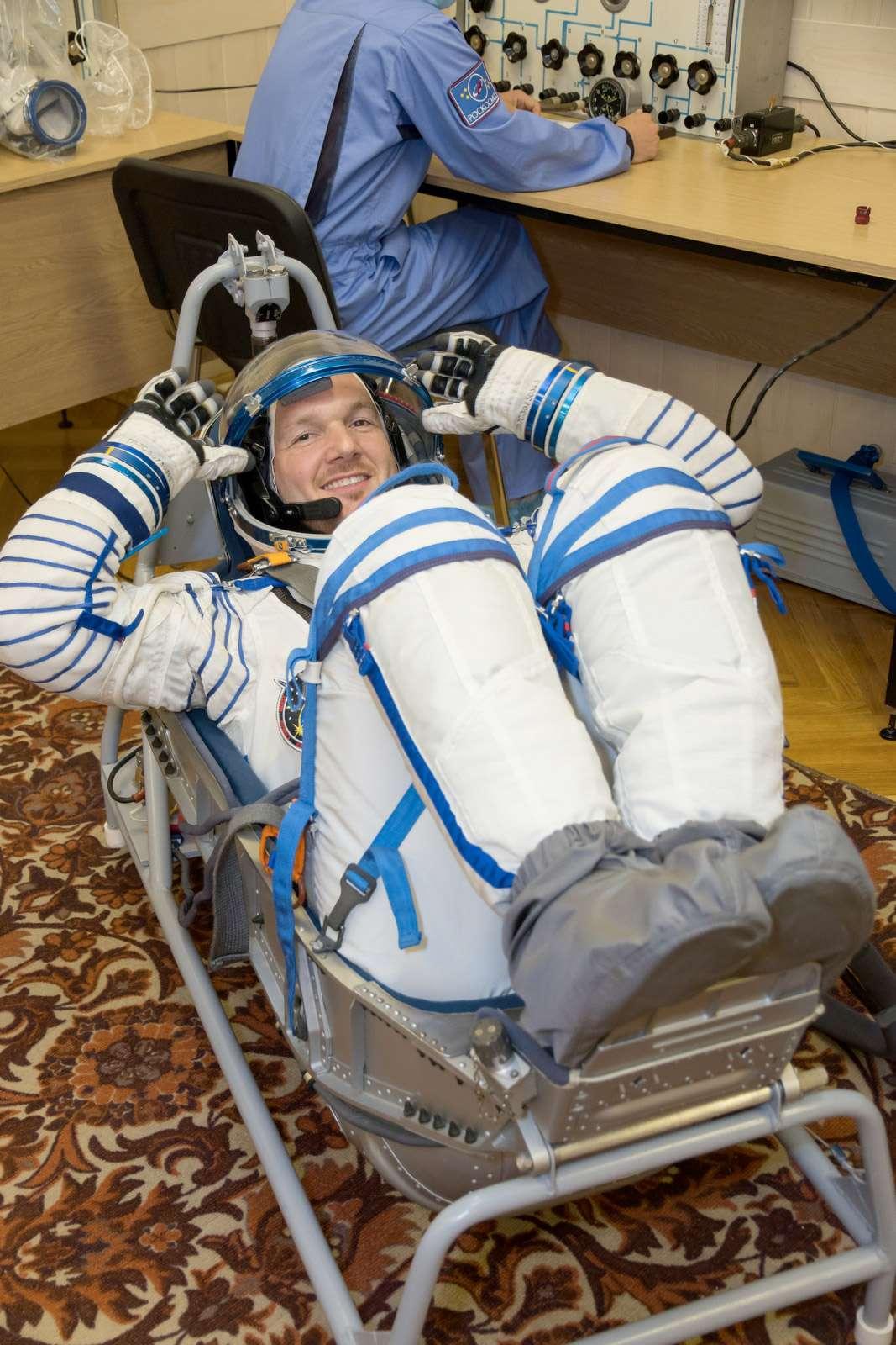 L'astronaute européen, de nationalité allemande, Alexander Gerst, teste son siège du module Soyouz. Le fauteuil est moulé aux formes de l'astronaute pour l'aider à résister aux accélérations. © Victor Zelentsov, Nasa