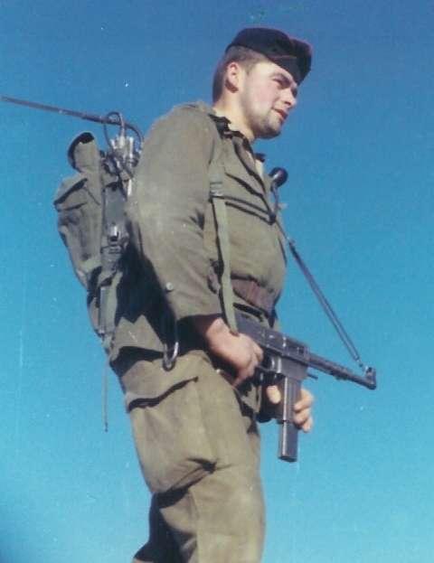 La guerre d'Algérie a sollicité les appelés du contingent, des civils que l'on forme en quelques mois à devenir soldats. Ils ont constitué le gros des troupes françaises en Algérie et étaient envoyés sous les drapeaux près de deux ans et demi. Le temps de voir la mort en face. Ils sont plusieurs centaines de milliers, selon les estimations, à être rentrés traumatisés. © Poussin Jean, Wikipédia, cc by sa 3.0
